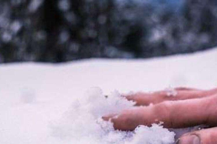 На Рівненщині у сніговому заметі виявили 25-річну дівчину