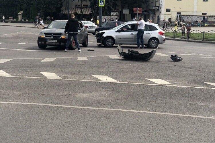 ДТП у центрі Луцька: одна автівка залишилася без бампера (Фото)