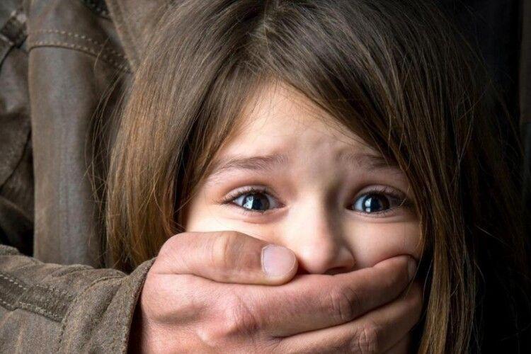 45-річний педофіл поглумився над шести- та семирічними дівчатками