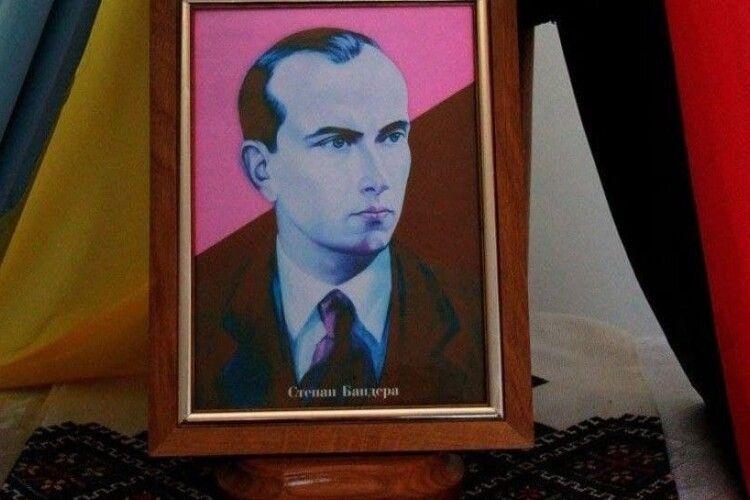 У молодих росіян знайшли портрет Степана Бандери й звинуватили у тероризмі