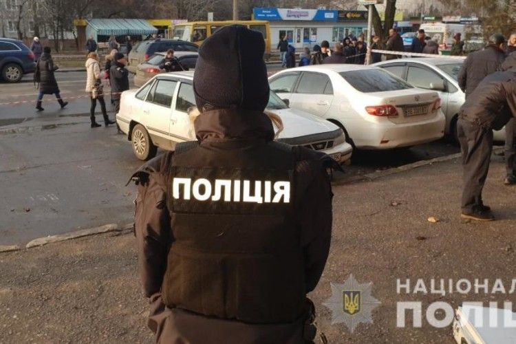 У Миколаєві біля будівлі суду з мисливського карабіна «Сайга» розстріляли двох людей