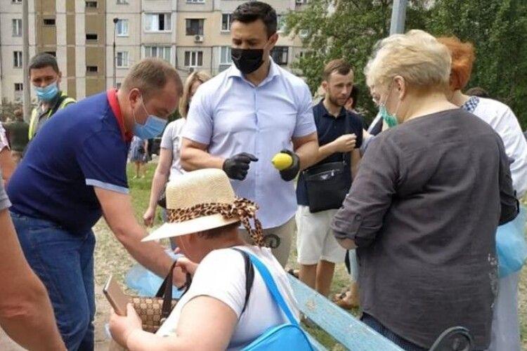 Одіозний «слуга народу» Тищенко примчав на місце вибуху в Києві... роздавати постраждалим лимони