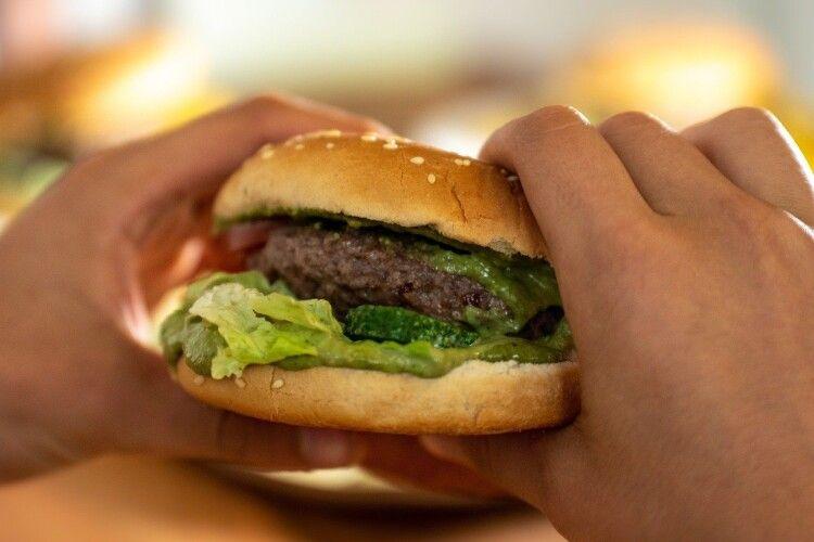 Жінка знайшла частину людського тіла у гамбургері (Фото)