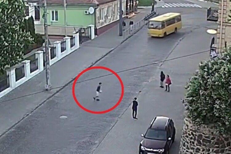 У Луцьку підлітки грали в м'яча просто на дорозі (Відео)