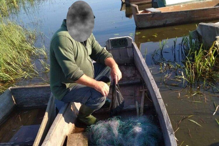 «Загрібав» рибу сіткою: рибпатруль застукав на волинському озері браконьєра