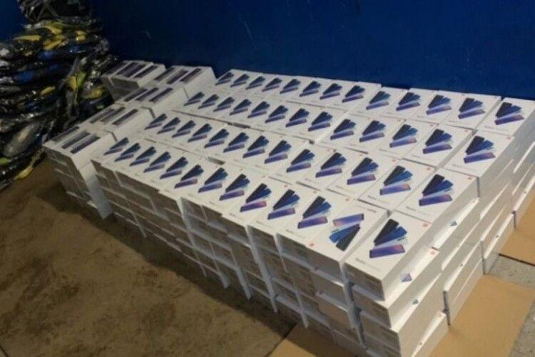 На кордоні з Польщею в українця вилучили 340 смартфонів
