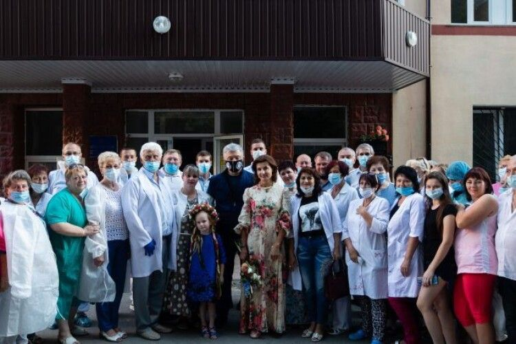 Жоден медик не захворів – головлікар ЦРЛ, яка отримала 3,5 тисячі костюмів від Порошенка