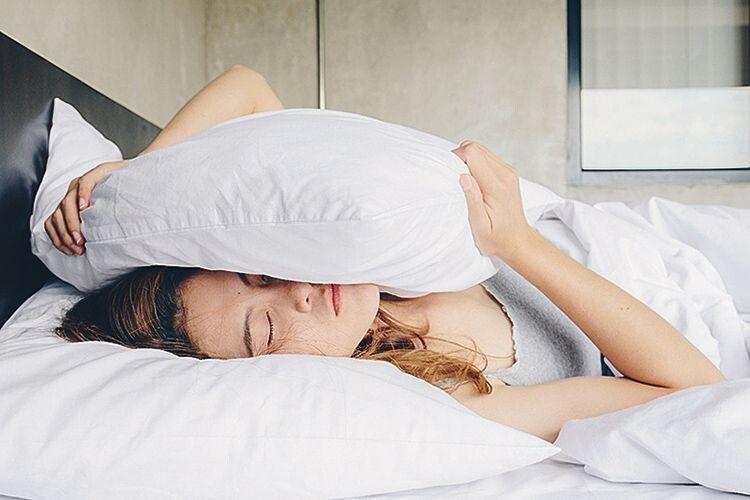 Чому небезпечно спати на старих подушках?