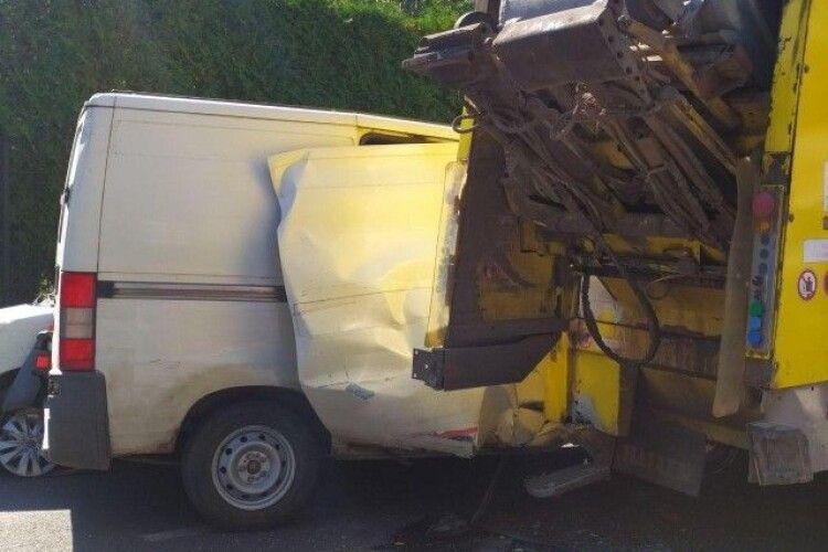 У Луцьку зіткнулись мікроавтобус, легковик та сміттєвоз