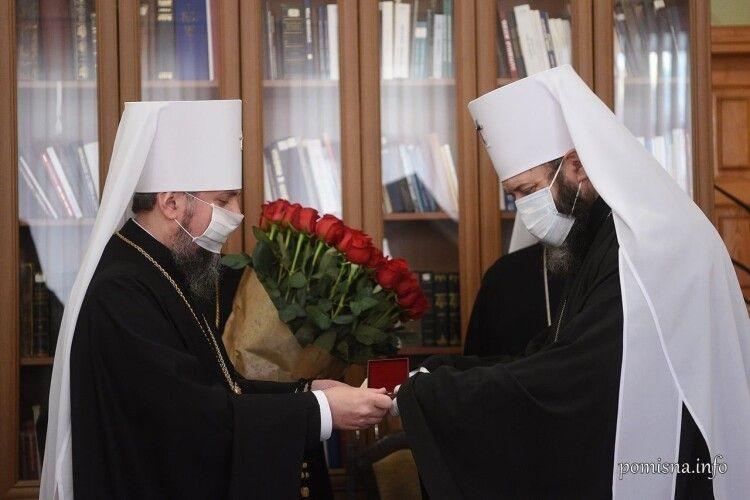 Предстоятель ПЦУ Епіфаній вручив Митрополиту Луцькому і Волинському Михаїлу орден Святого архістратига Михаїла першого ступеня і букет червоних троянд