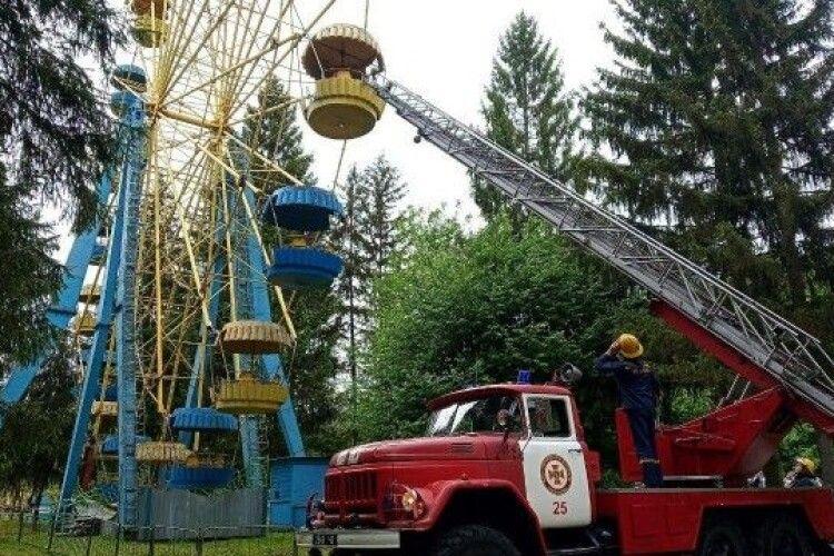 У Луцьку з «чортового колеса» рятувальники зняли 12 людей