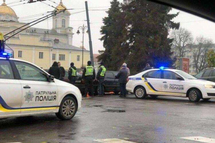 У центрі Луцька – аварія: утворився величезний затор (Фото)