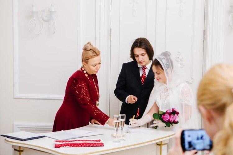 Українка провела 15 000 весільних церемоній