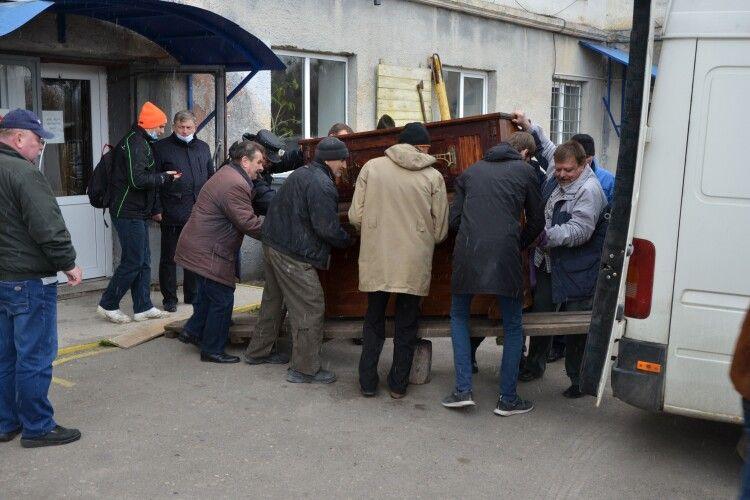 Краєзнавчому музею Волині подарували 100-літнє німецьке піаніно (Фото)