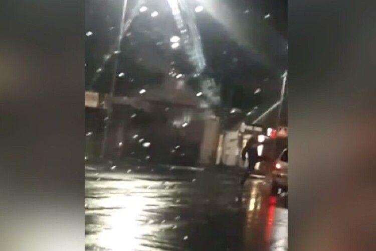 На Волині двоє молодиків посеред дороги кидалися на автомобілі і копали їх (Відео)