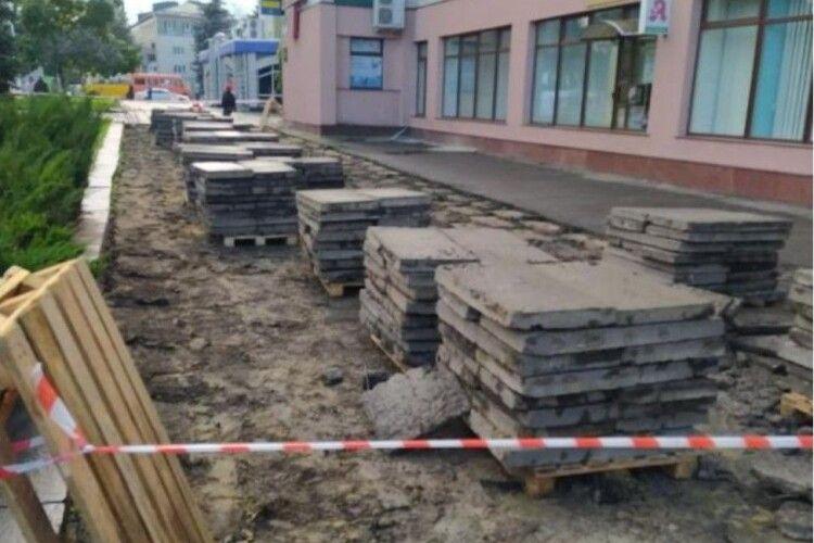 Напередодні виборів у Рівному взялися ремонтувати головну площу міста