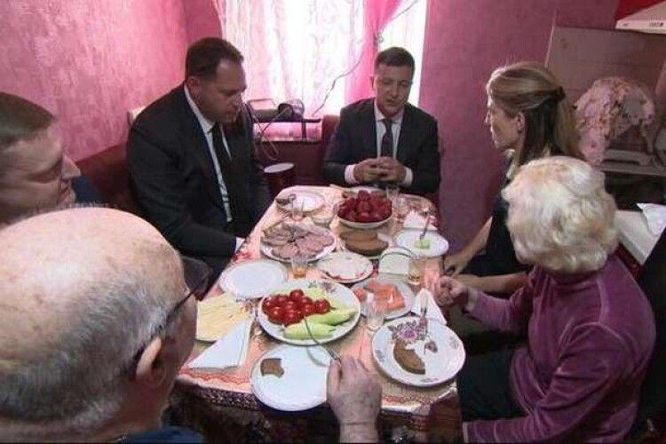 Зеленський нагодував американців салом і огірками на «крихітній радянській кухні»