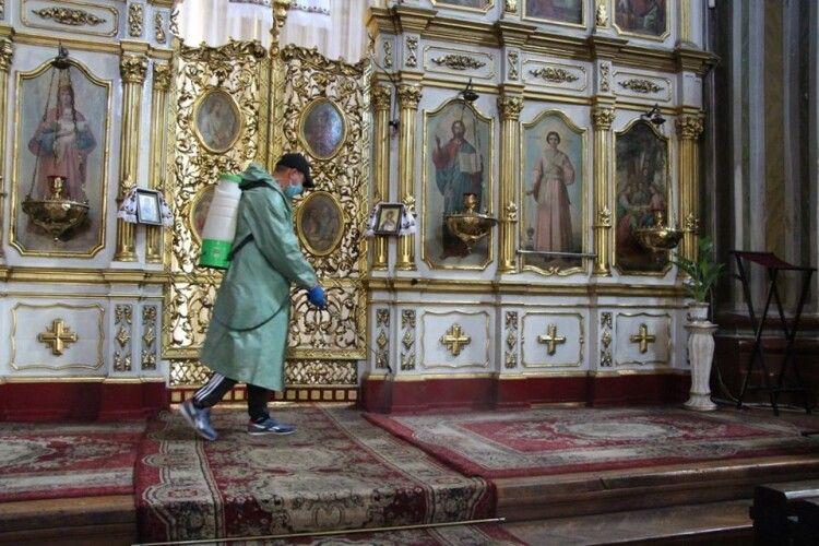 Стало відомо, що робив у кафедральному соборі Луцька чоловік в кепці, кросівках та спортивних штанях (Фото)