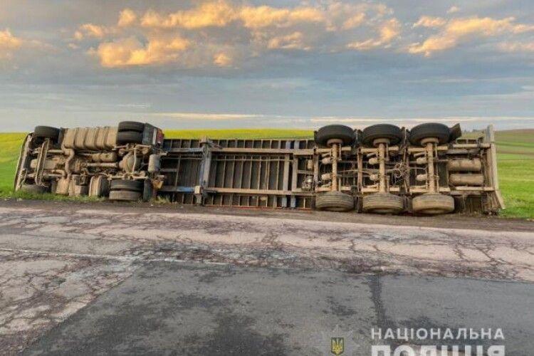Біля Рівного перекинулася вантажівка (Фото)