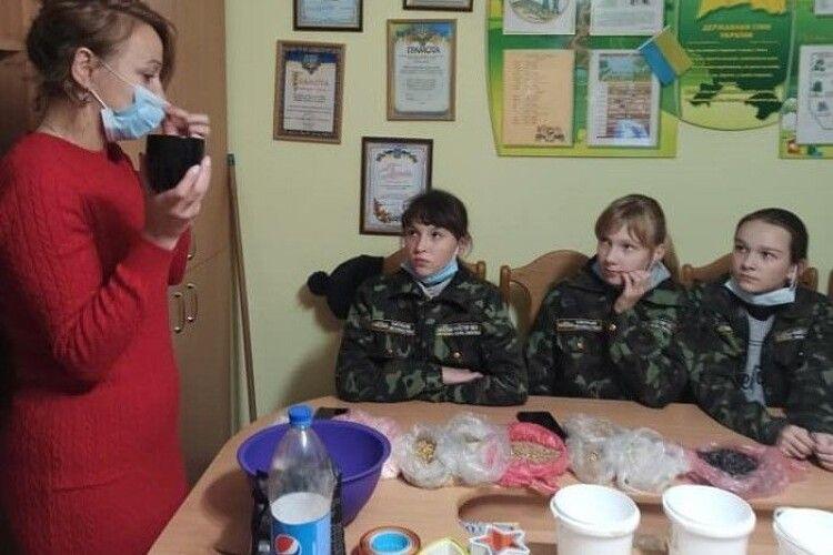 На Любешівщині екологи вчили дітей готувати «пташине печиво»