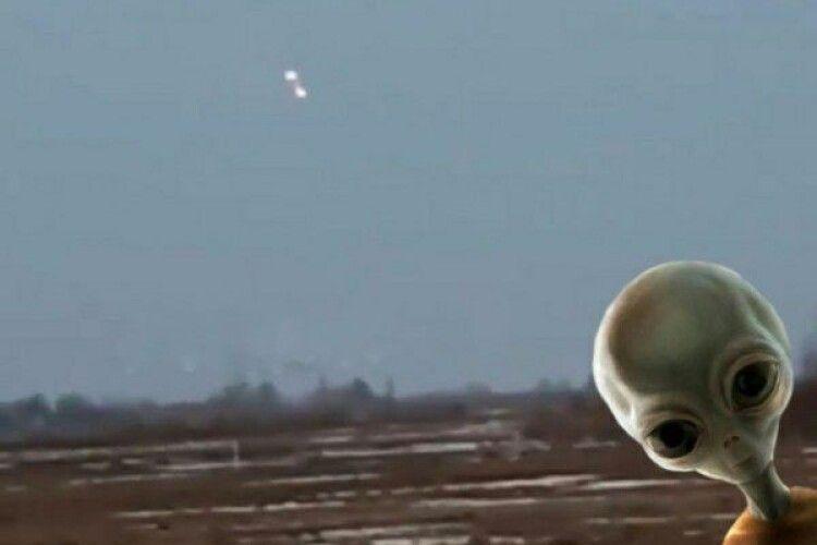 В небі на Рівненщині селяни помітили загадкові спалахи (Відео)