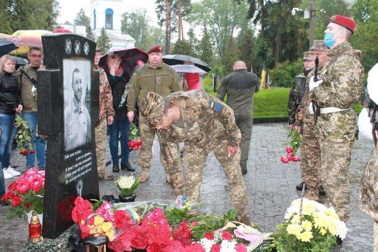 Відкрили пам'ятник комбату Закарпатської гірсько-штурмової бригади Євгену Коростельову