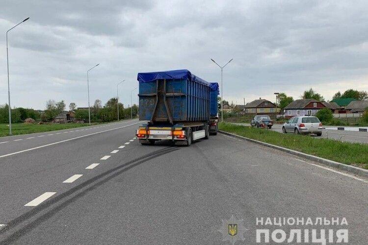 У Локачинському районі вантажівка «MAN» збила велосипедистку