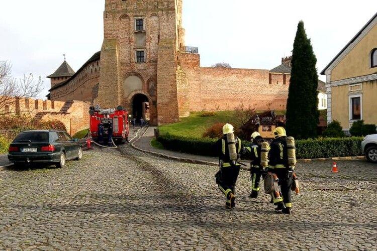 Біля Луцького замку працюють 17 пожежників (Фото)