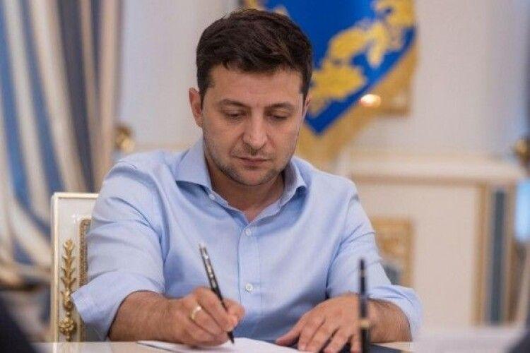 Зеленський на 5 років зупинив трансляцію телеканалів Медведчука