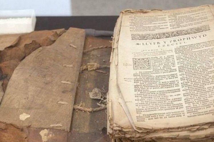 В Уельсі знайшли 400-річну Біблію, яку використовували в туалеті