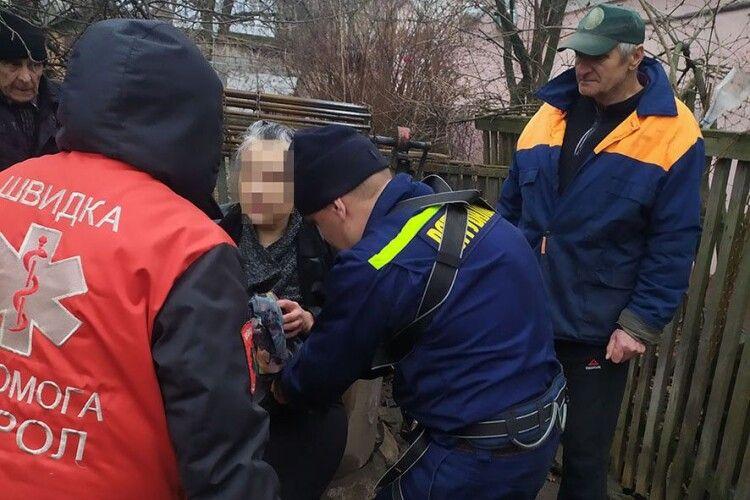 Бійці ДСНС врятували даму, яка шубовснула в глибочезну криницю (Фото)