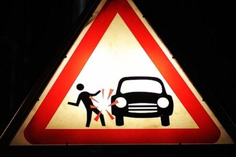 На трасі Луцьк-Горохів автомобіль збив жінку