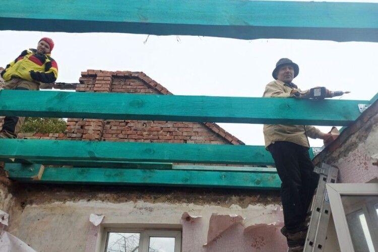 У Поромівській громаді відновлюють будинок сусідів після пожежі всім селом