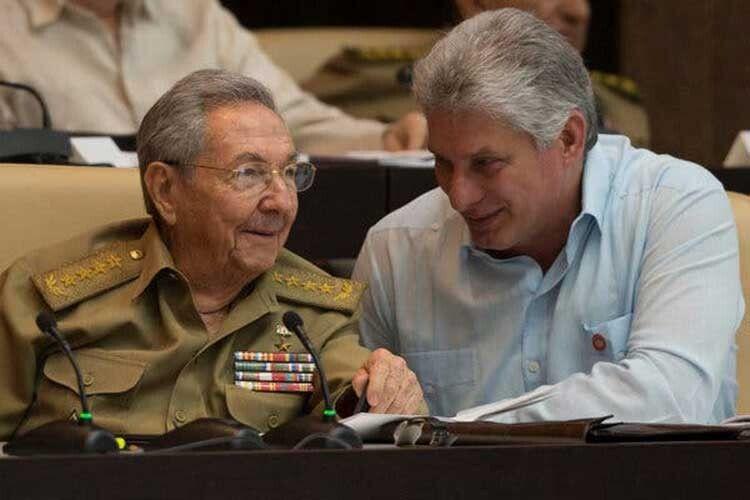 Рауль Кастро (ліворуч) – Мігелю ДіасуКанелю: «Передаю владу молодому поколінню, повному пристрасті й антиімперіалістичного духу».