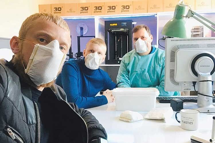 Павло і Василь Цапюки та промисловий дизайнер Юрій Лук'янчук  перевіряють маски на собі.