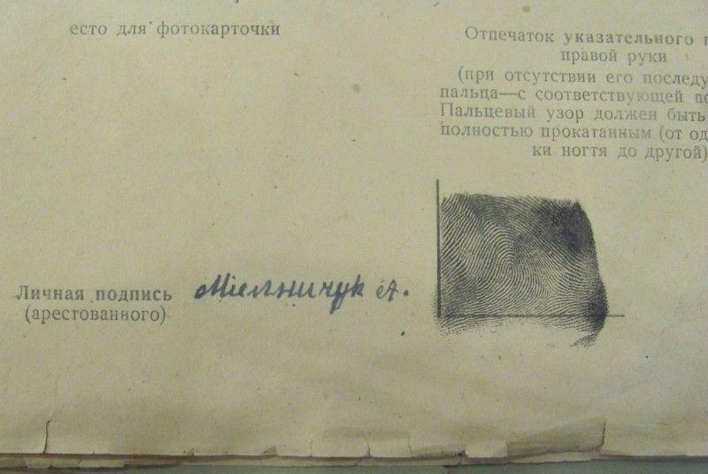 Особистий підпис та відбиток пальця Мельничука.
