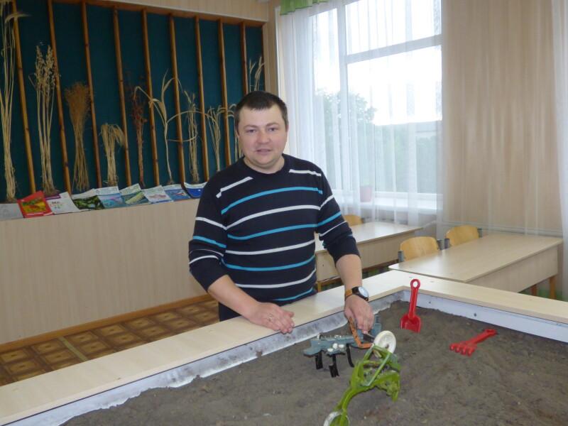 Микола Товкач теж вчився на тракториста, а тепер інших вчить робити правильну борозну на мініполі.