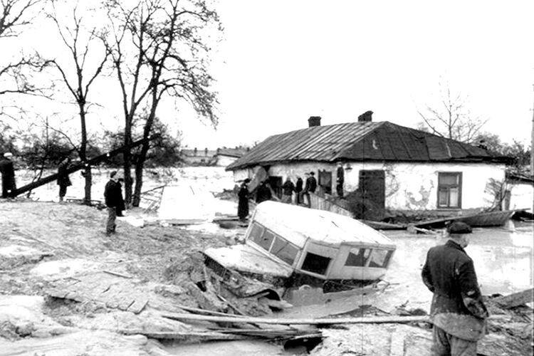Селевими потоками знищено 68 житлових будинків і 13 адмінспоруд, знесено цвинтар, затоплено два заводи,  дві лікарні та пологовий будинок.