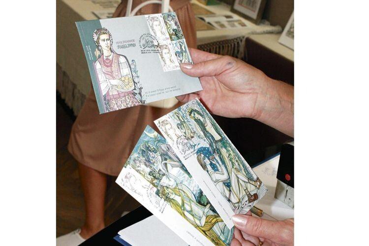 У поштових відділеннях віднині  є марки «Лукаш і Мавка» й «Русалка  і Куць» та такі ж листівки.