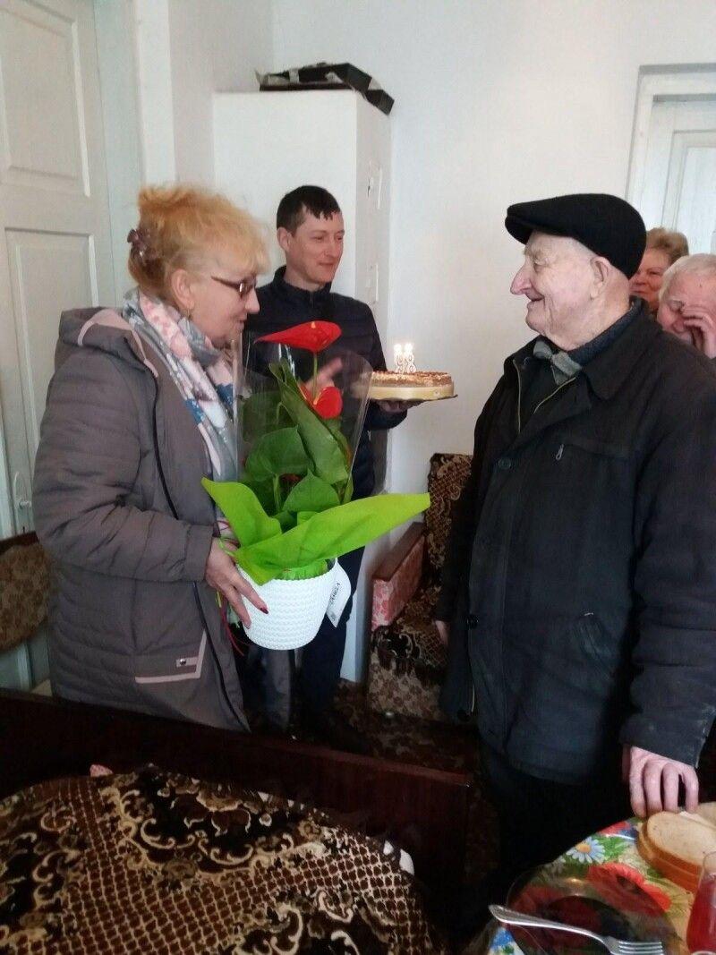 Гната Гліба вітають Звиняченський сільський голова Тетяна Панасюк і директор будинку культури Звинячого Юрій Павлік.