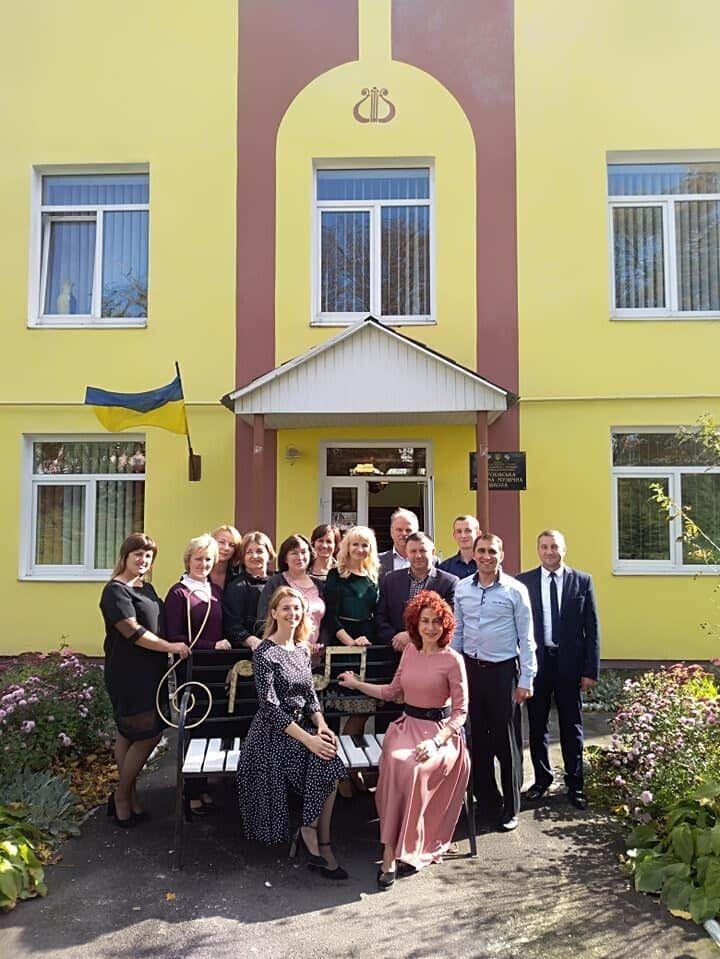 Колектив Горохівської музичної школи з міським головою Віктором Годиком.