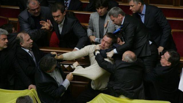 Депутат Володимир Карпук (крайній справа) у 2010 році бився за Крим у стінах Верховної Ради...