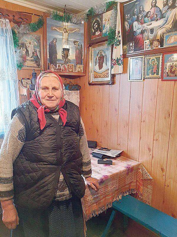 Ольга Балик біля свого домашнього іконостаса.