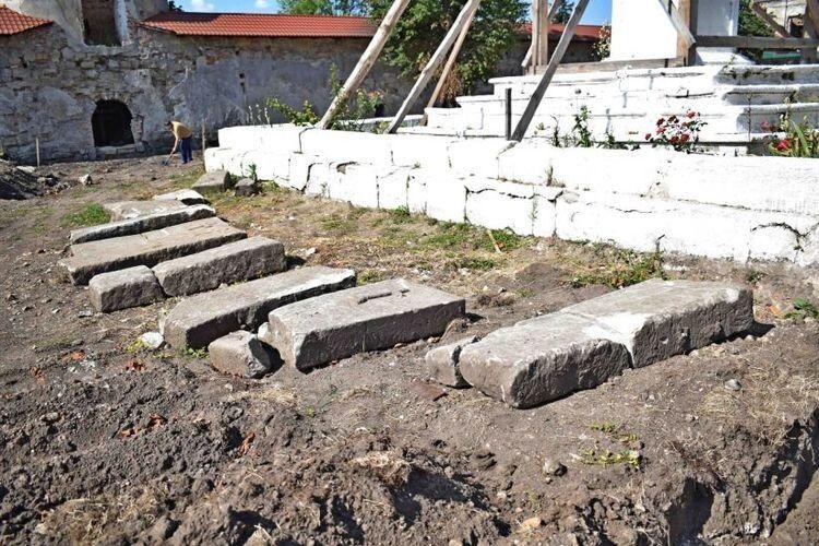 Будівельники знищили частину кладовища, перемістили і пошкодили 11 надмогильних плит.