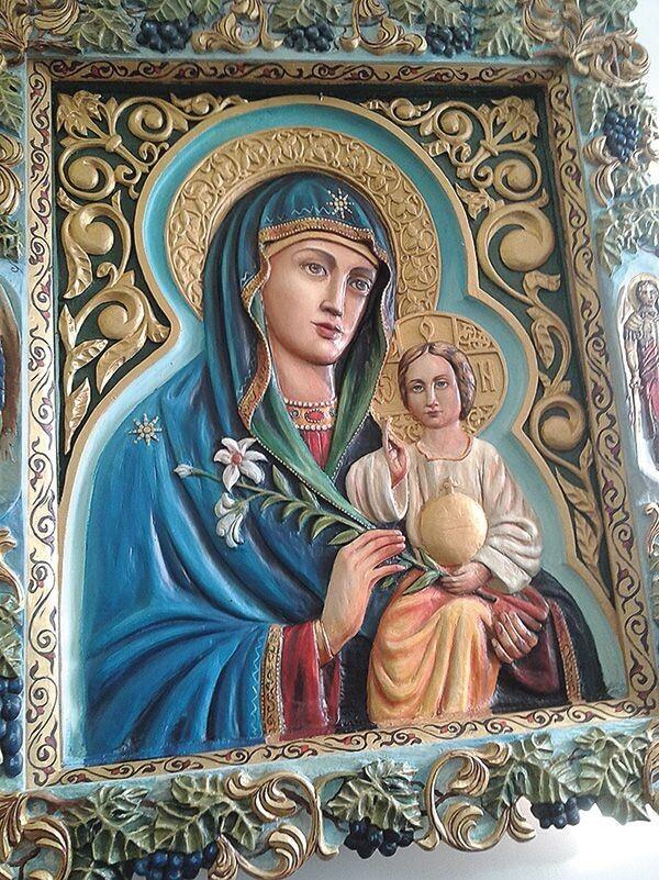 Різьблена  ікона Богородиці, подарована меценатом Сергієм Мосійчуком.
