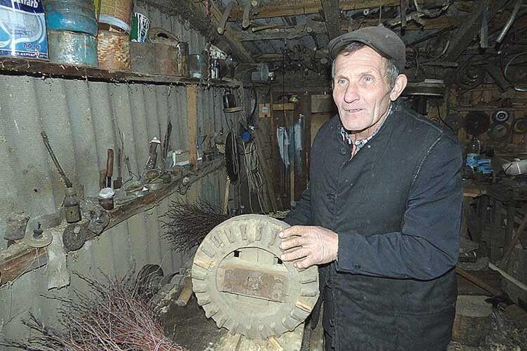 Микола Станіславович ізгордістю показує майстерню, яка починалася змолотка, пилки, асьогодні ідеревообробним верстатом облаштована.
