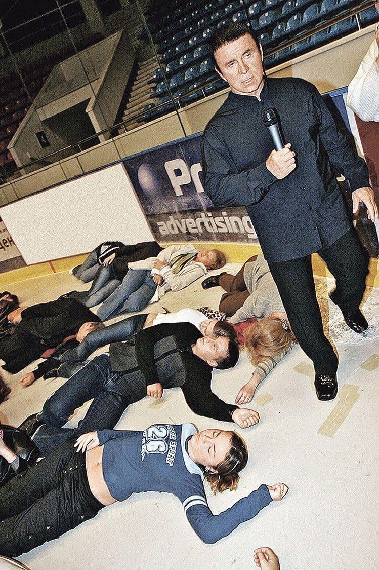Помах руки — і люди падають на підлогу, як підкошені.