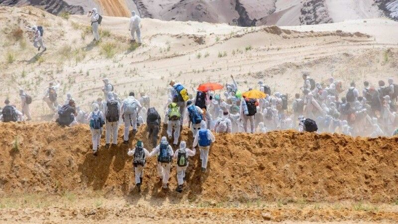 Одягнені в білий захисний одяг, протестувальники наблизились до шахти з різних боків, аби обійти поліцію.