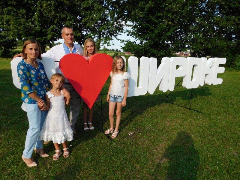 На свято староста села Валентин Фищук завітав із дружиною Іриною і донечками Катрусею, Наталією і Дариною. Фото Лесі ВЛАШИНЕЦЬ.