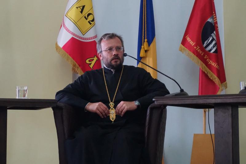 Священик, який добре розбирається у політолігії та політиці.
